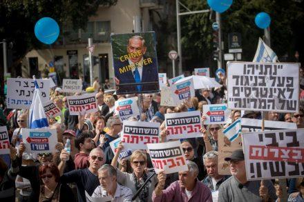 הפגנה נגד השחיתות הממשלתית בתל אביב, 16 בפברואר 2018 (מרים אלסטר / פלאש90)