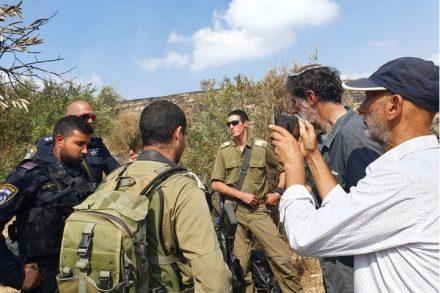 """""""אם הפעילים היהודים לא היו באים, היו מדברים איתנו עם גז מדמיע"""", אמרו הפלסטינים. חיילים מונעים מאנשי רבנים לזכויות אדם להמשיך בקטיף בכפר בורין (צילום: אורלי לוי)"""