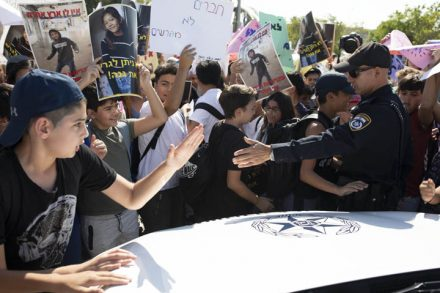 """נמשיך להפגין ולחסום כבישים עד שישחררו את התלמידים העצורים"""", אמר אלכס, תלמיד כיתה ז'. הפגנת הילדים מול כלא גבעון (צילום: אורן זיו)"""