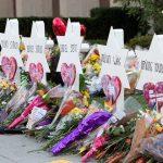 אנדרטה מאולתרת לזכר קורבנות ההתקפה האנטישמית בבית הכנסת עץ החיים בפיטסבורג (צילום: אנדראה הנקס, הבית הלבן)